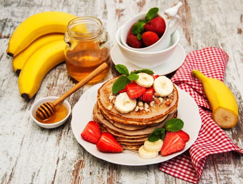 Pannekoeken met aardbeien en bananen royalty-vrije stock afbeelding