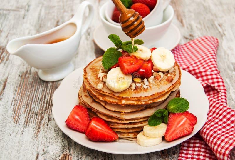 Pannekoeken met aardbeien en bananen royalty-vrije stock foto