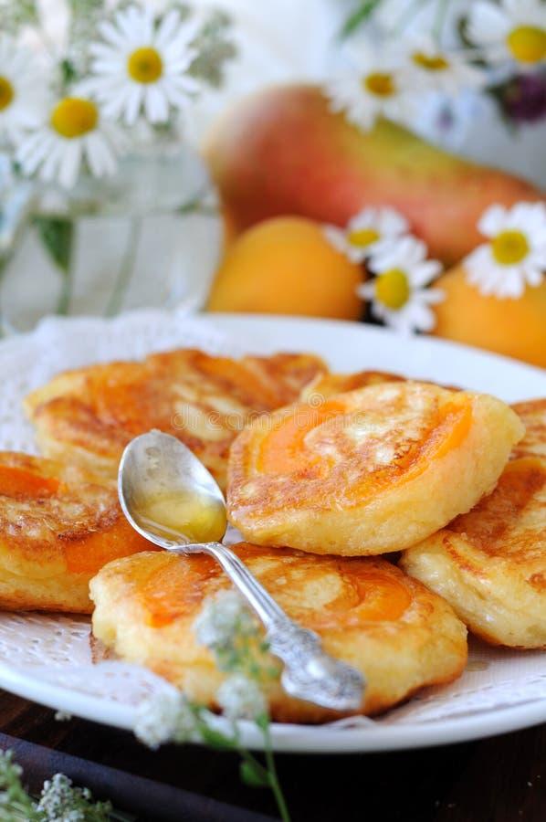Pannekoeken met binnen abrikoos. royalty-vrije stock foto