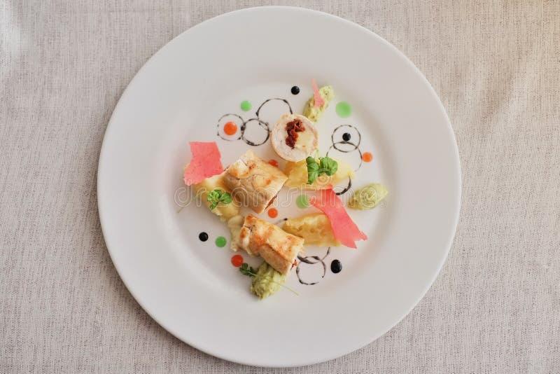 Pannekoeken met gesneden die ham en kaas, met salade op een lichte achtergrond wordt verfraaid Traditionele Russische keuken hoog stock afbeeldingen