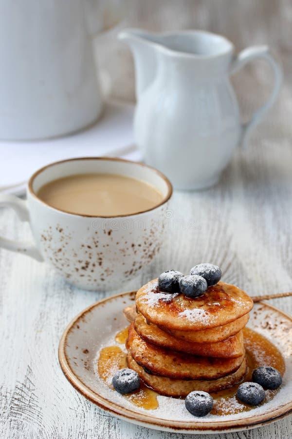Pannekoeken met honing en bosbessen royalty-vrije stock afbeelding