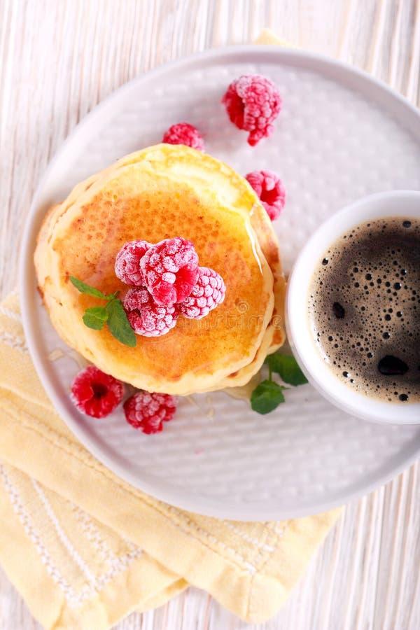 Pannekoeken met honing en framboos stock fotografie
