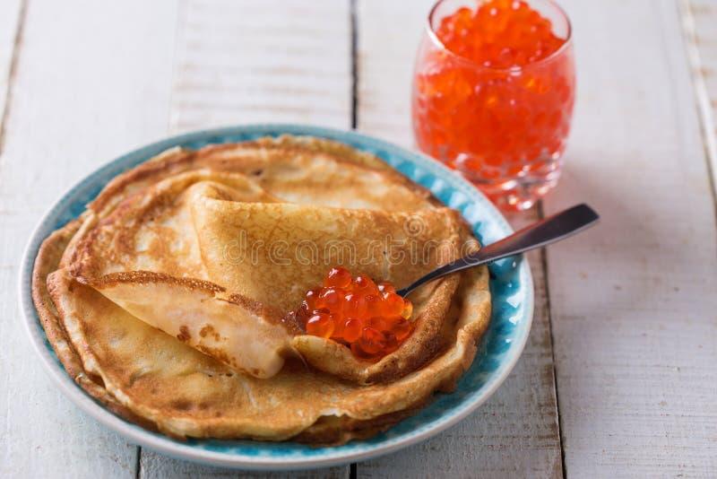 Pannekoeken met rode kaviaar stock foto's