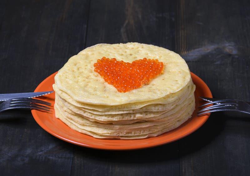 Pannekoeken met rode kaviaar in de vorm van hart royalty-vrije stock foto