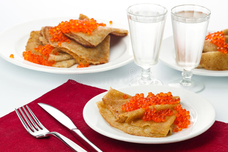 Pannekoeken met rode kaviaar en wodka royalty-vrije stock afbeelding