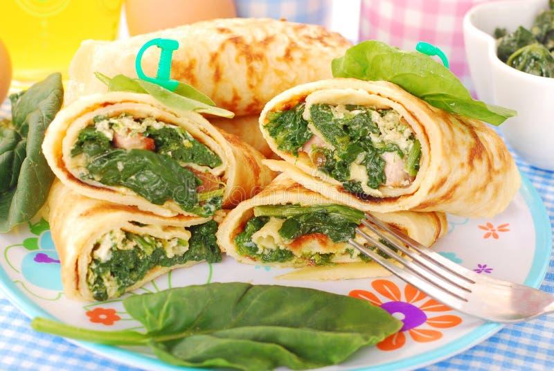 Pannekoeken met spinazie en eieren stock afbeeldingen