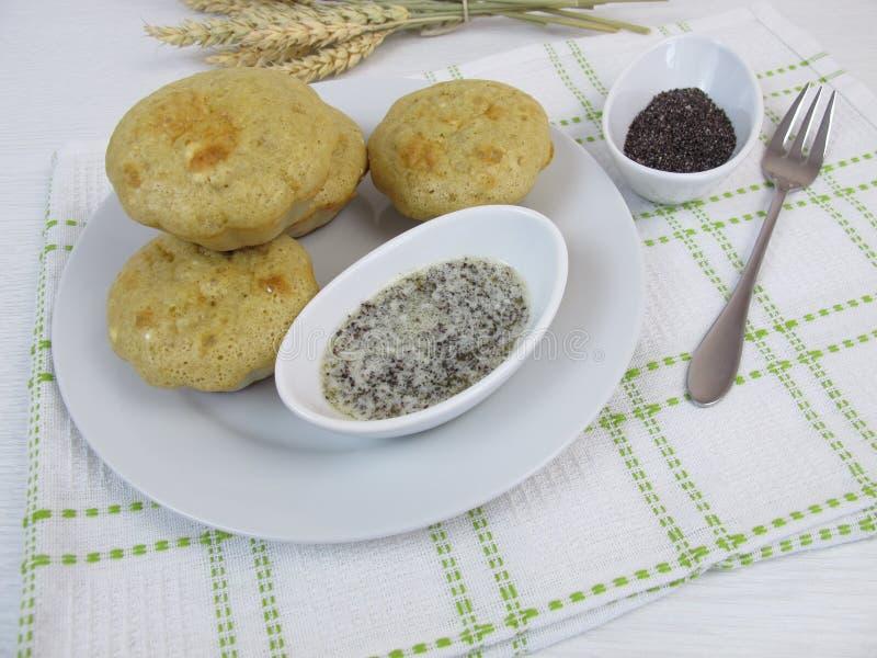 Pannekoekmuffins met de boter van het papaverzaad stock afbeeldingen