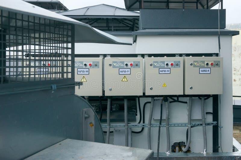 Pannelli di controllo per il materiale elettrico di una costruzione di appartamento sul tetto fotografie stock libere da diritti