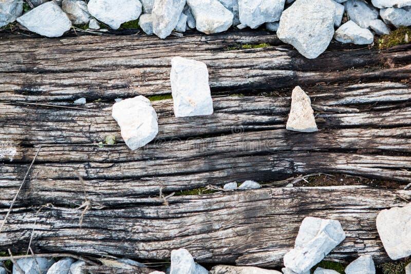 Pannelli di legno per il treno con pietre fotografia stock libera da diritti