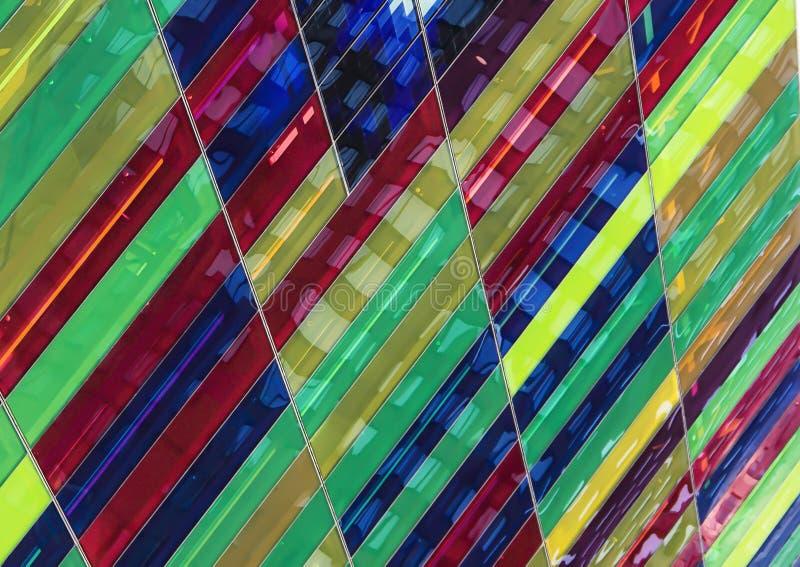 Pannelli di vetro multicolori su una costruzione fotografia stock libera da diritti