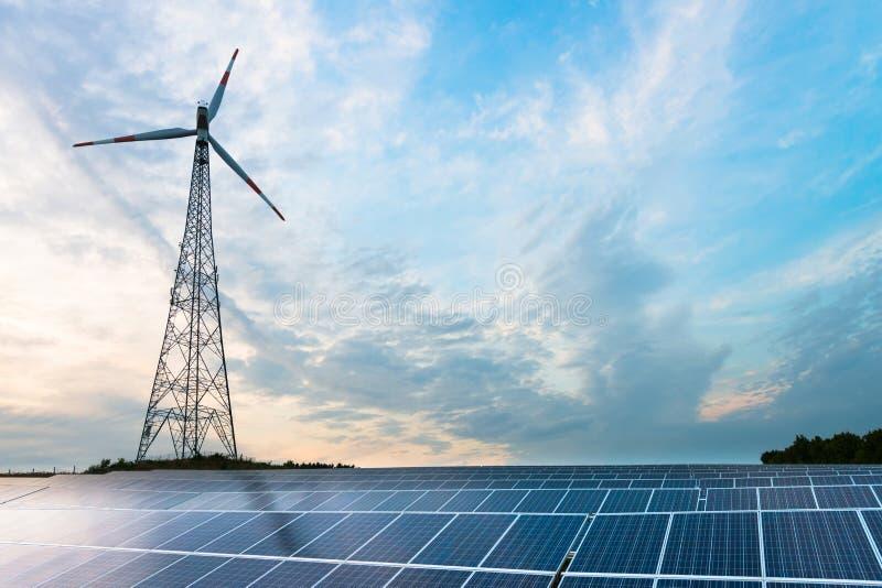 Pannelli e generatore eolico fotovoltaici fotografia stock libera da diritti