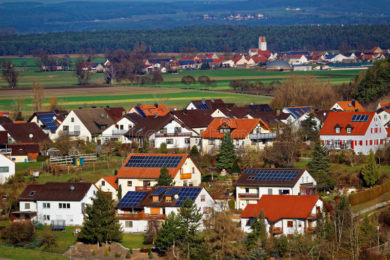 Pannelli a energia solare sui tetti del villaggio del paese fotografia stock libera da diritti
