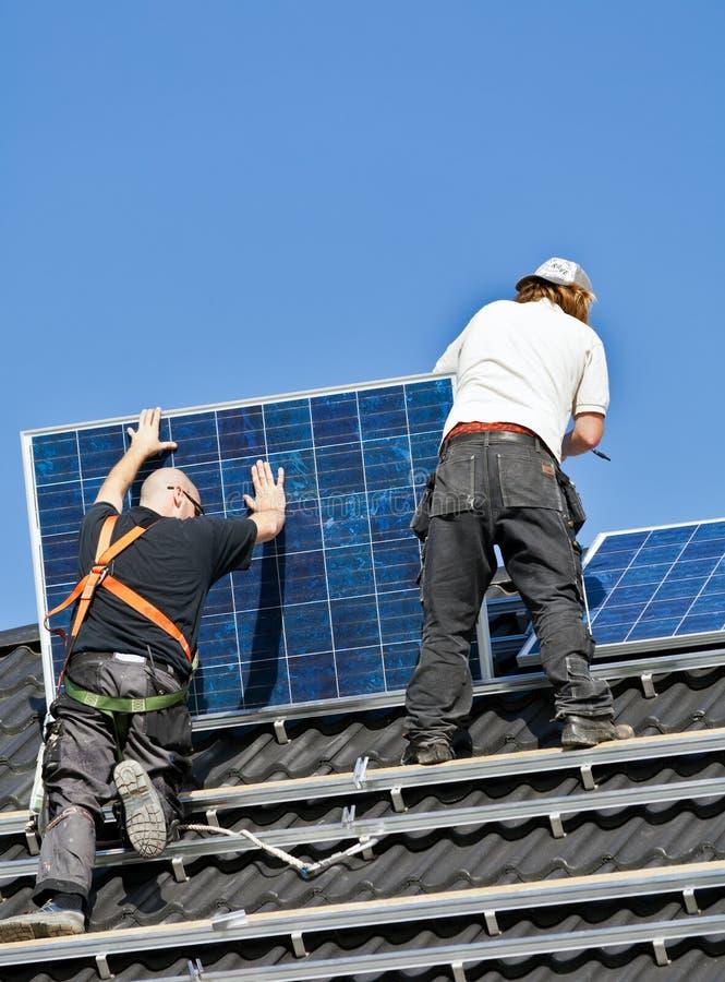 Pannelli solari che sono montati sul tetto immagini stock