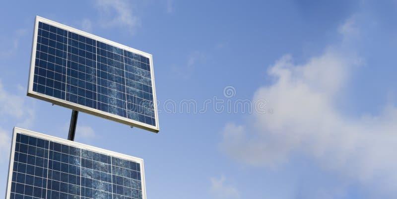 Pannelli solari contro il cielo azzurro, Regno Unito fotografia stock