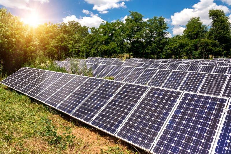 Pannelli solari, fotovoltaici - fonte alternativa di elettricità immagini stock libere da diritti