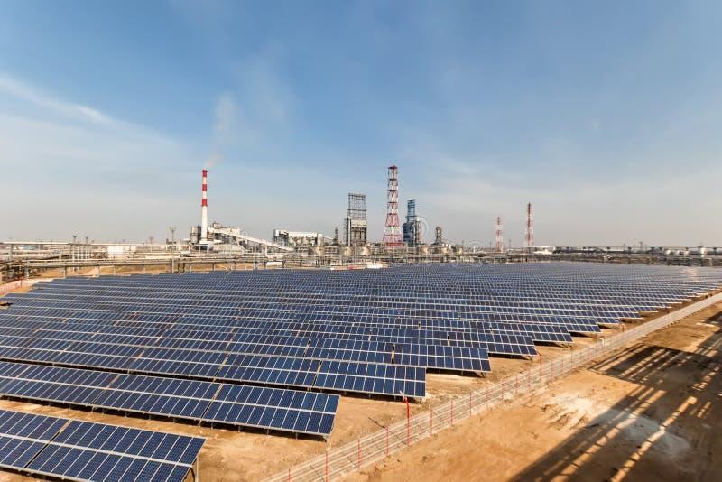 Pannelli solari installati sul territorio del complesso petrochimico fotografie stock libere da diritti