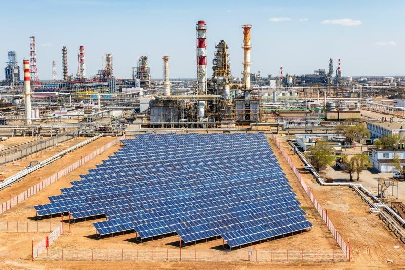 Pannelli solari installati sul territorio del complesso petrochimico fotografia stock
