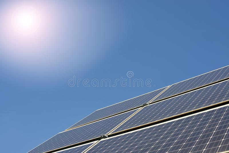Pannelli solari producendo elettricità immagini stock