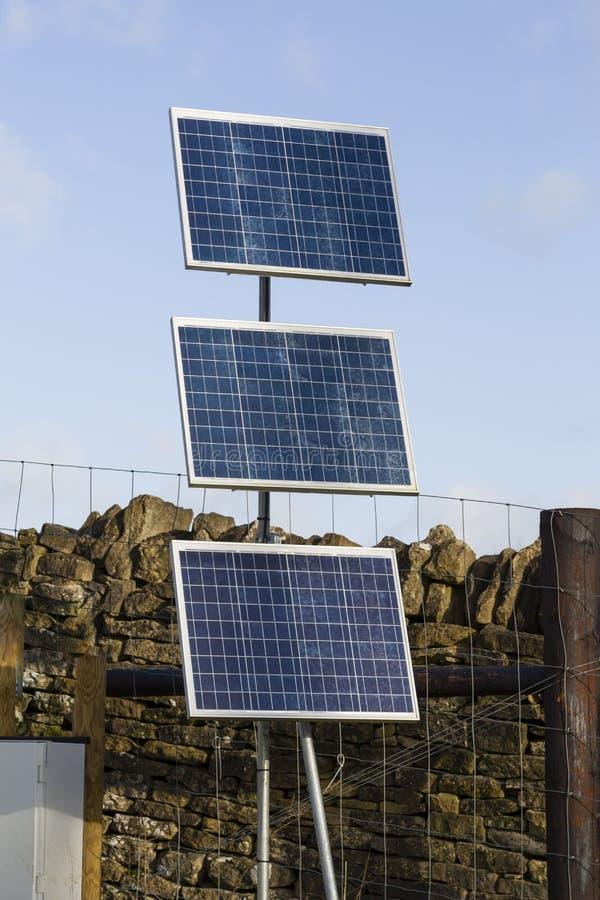 Pannelli solari rurali Regno Unito immagini stock libere da diritti