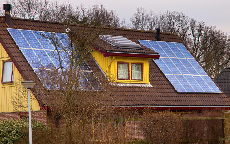 Pannelli solari su una casa variopinta fotografie stock