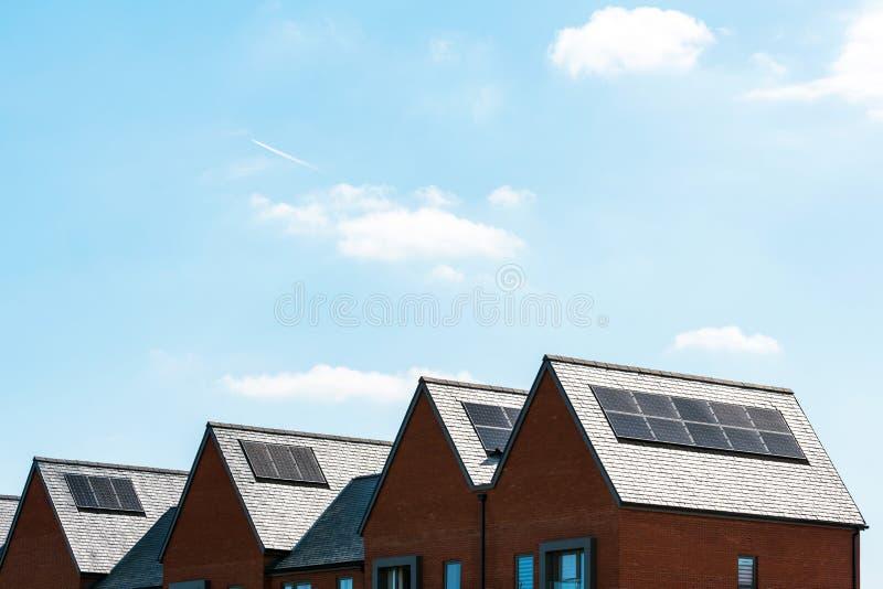 Pannelli solari sul tetto di nuove case in Inghilterra Regno Unito il giorno soleggiato luminoso fotografia stock
