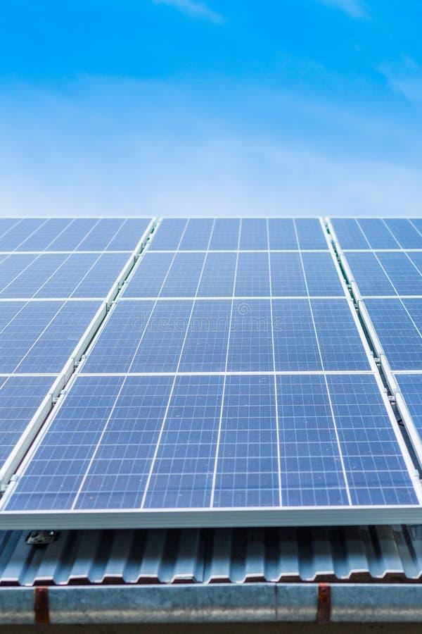 Pannelli solari sul tetto di una proprietà privata immagini stock