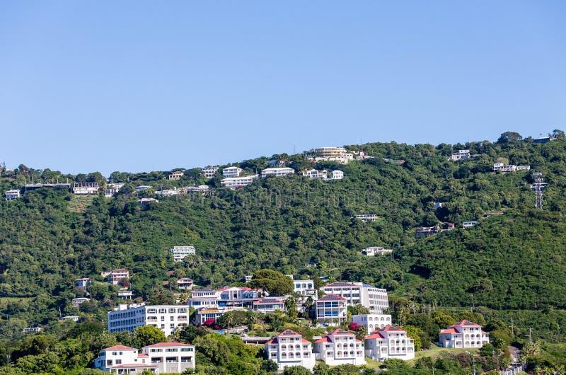 Pannelli solari sulle case tropicali della località di soggiorno fotografia stock
