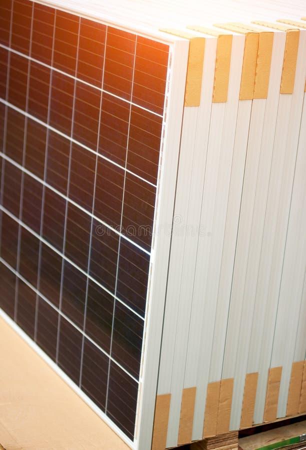 Pannelli voltaici della foto messi pronti per trasporto ed installazione Produzione di energia rinnovabile immagine stock libera da diritti