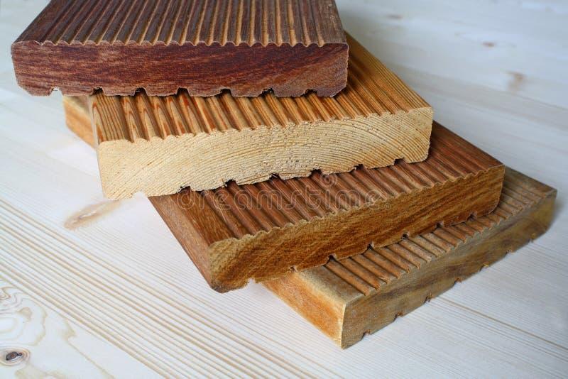Pannello del terrazzo fatto dal legno di bangkirai fotografie stock