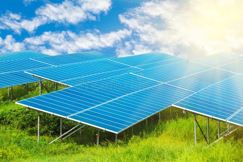 Pannello delle pile solari che generano elettricità facendo uso dell'energia solare fotografia stock