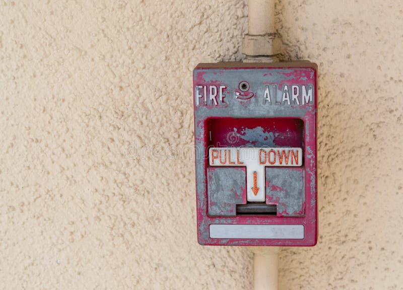 Pannello di allarme antincendio stagionato su una parete dello stucco fotografia stock libera da diritti