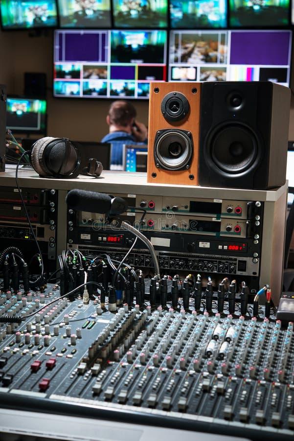 Pannello di controllo con i miscelatori in uno studio della televisione fotografia stock