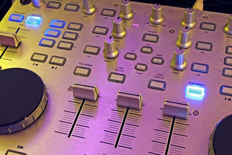 Pannello di controllo del DJ - miscelatore di musica fotografia stock libera da diritti