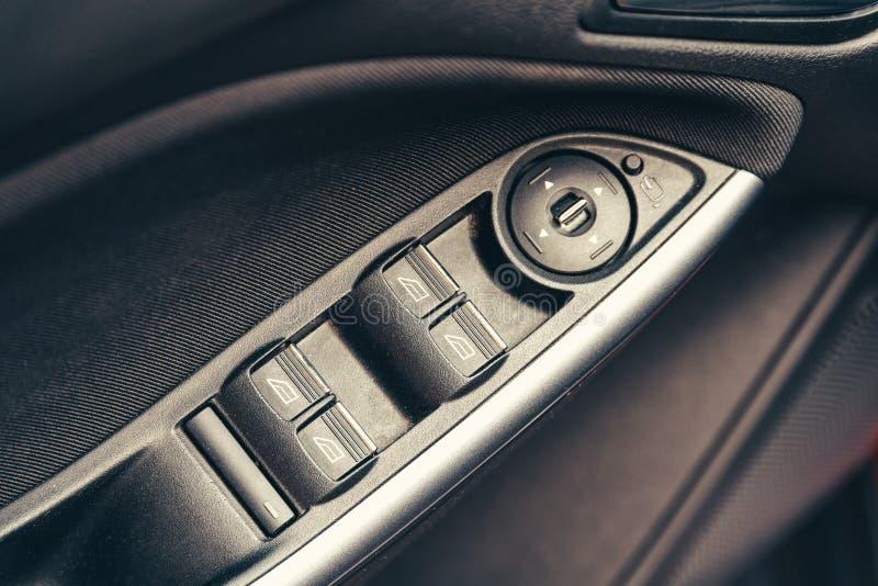 Pannello di controllo della finestra sulla porta di automobile fotografie stock
