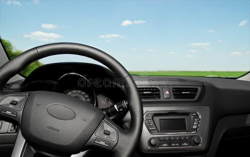 Pannello di controllo e ruota interni dell'automobile fotografia stock libera da diritti