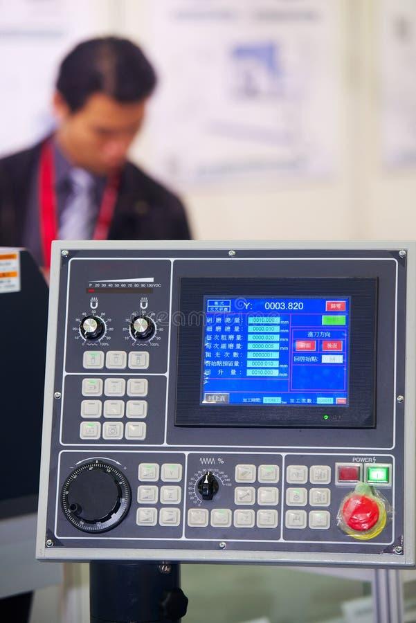 Pannello di controllo industriale moderno della macchina di lavorazione dei metalli fotografia stock libera da diritti