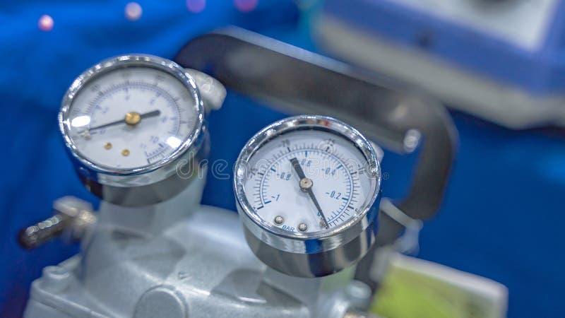 Pannello di misura di pressione nel laboratorio di scienza fotografie stock libere da diritti