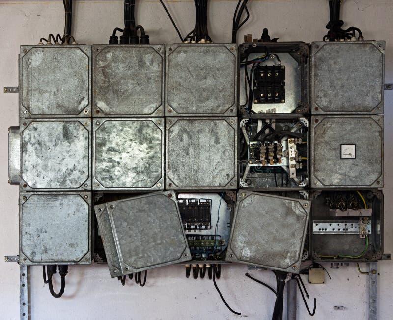 Pannello elettrico con i cavi nella vecchia fabbrica immagini stock