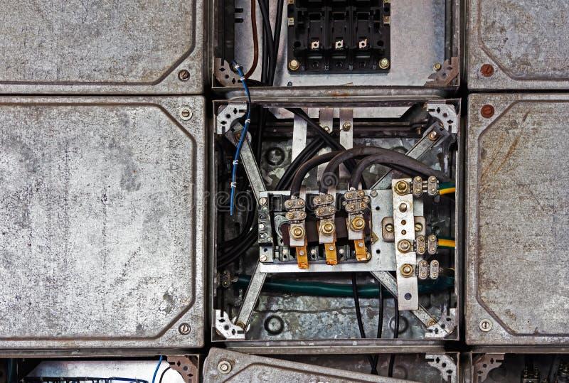 Pannello elettrico con i cavi in vecchia fabbrica fotografia stock