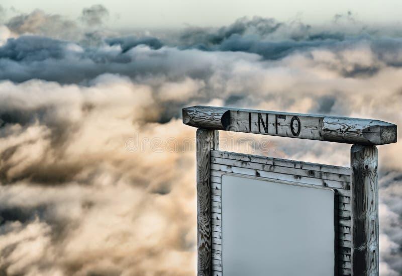 Download Pannello Informativo Sopra Le Nuvole Fotografia Stock - Immagine di promozione, media: 30826504