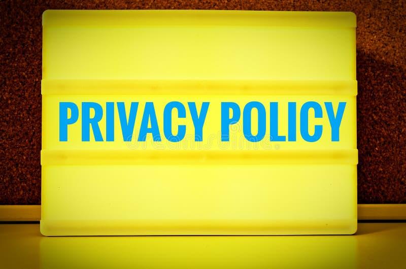 Pannello luminoso con l'iscrizione nei norme sulla privacy inglesi davanti ad un bordo del perno, in tedesco Datenschutzerklärun immagini stock