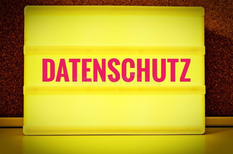 Pannello luminoso con l'iscrizione in tedesco Datenschutz davanti ad un bordo del perno, nei norme sulla privacy inglesi, nel gia immagini stock libere da diritti