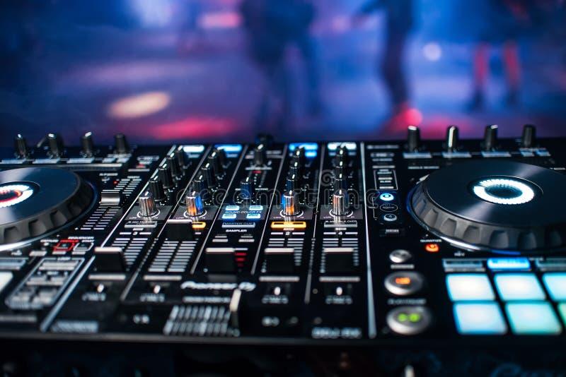 Pannello professionale della console del DJ per musica mescolantesi in night-club al partito immagine stock
