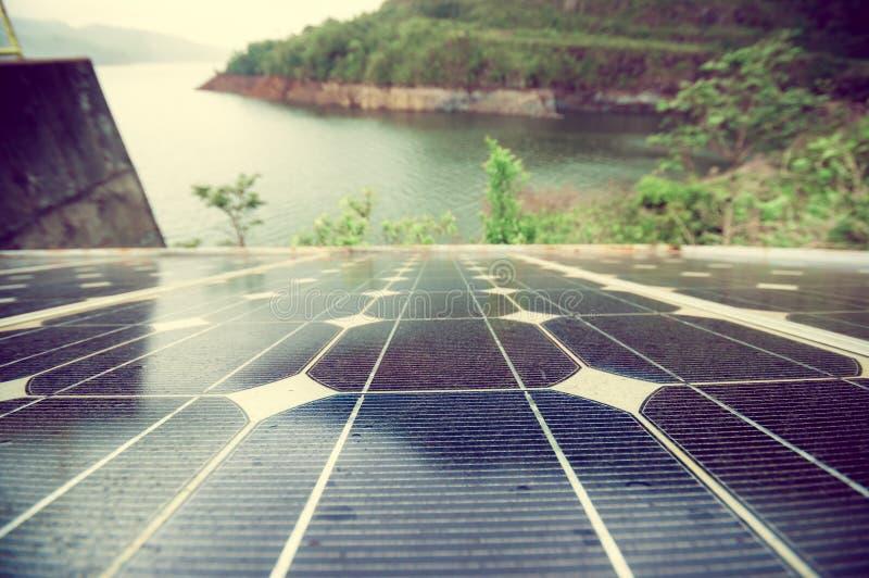Pannello solare dal lago immagine stock