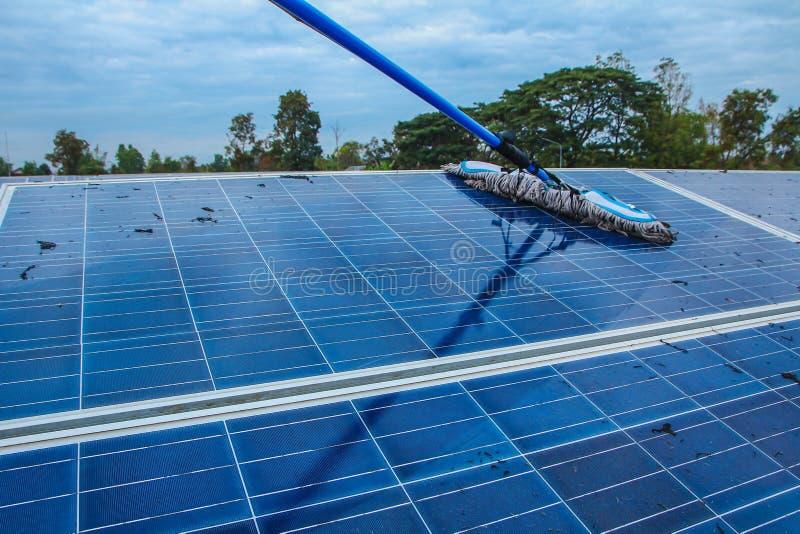 Pannello solare, fonte alternativa di elettricità - il concetto delle risorse sostenibili e questo è un nuovo sistema che può gen immagine stock