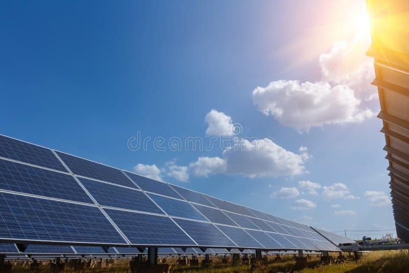 Pannello solare, fonte alternativa di elettricità - il concetto delle risorse sostenibili e questo è un nuovo sistema che può gen fotografie stock