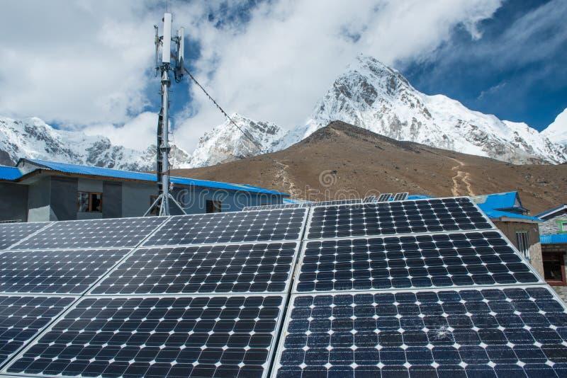 Pannello solare, fonte fotovoltaica e alternativa di elettricità - concentrata fotografia stock