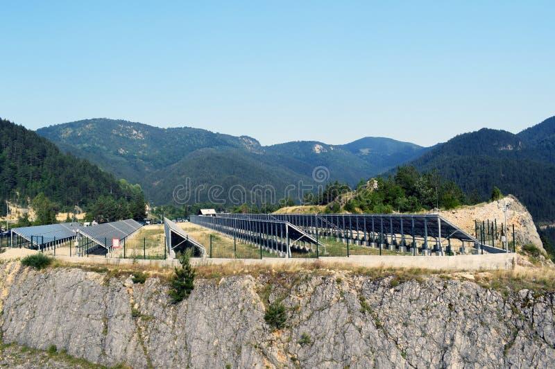 Pannello solare, fonte fotovoltaica e alternativa di elettricità - concetto delle risorse sostenibili immagini stock