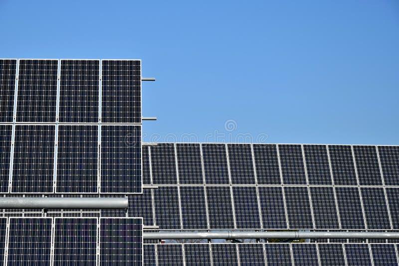 Pannello solare, fonte fotovoltaica e alternativa di elettricità - fuoco selettivo, spazio della copia fotografie stock
