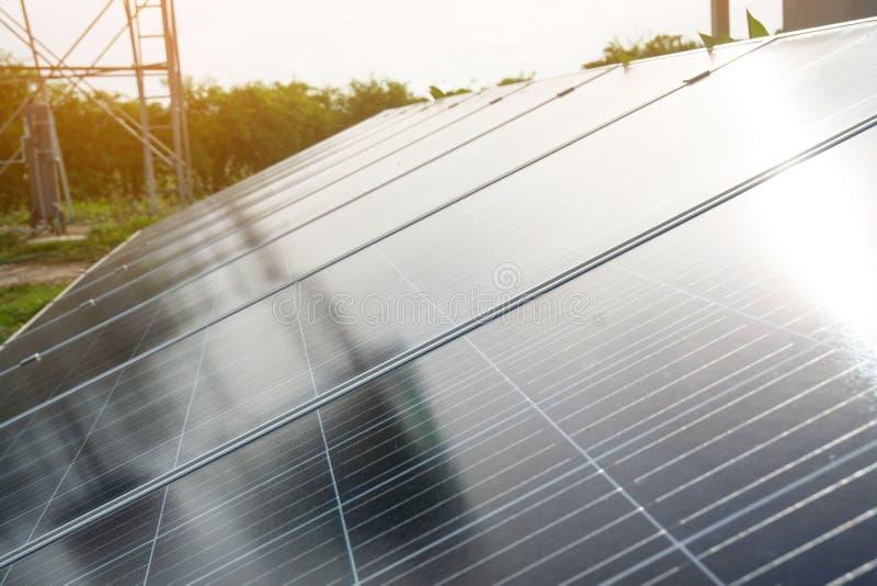 Pannello solare, fonte fotovoltaica e alternativa di elettricità nella campagna e fondo del cielo immagini stock libere da diritti